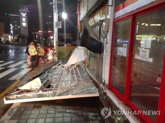 台風で看板墜落PYH2020090222790005100_P4_20200903033316420.jpg