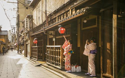 Lovepik_com-500660855-kimono-maiden-in-kyoto_.jpg