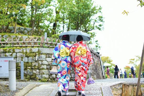 Lovepik_com-501217808-kimono-beauty-on-kyoto-road_.jpg