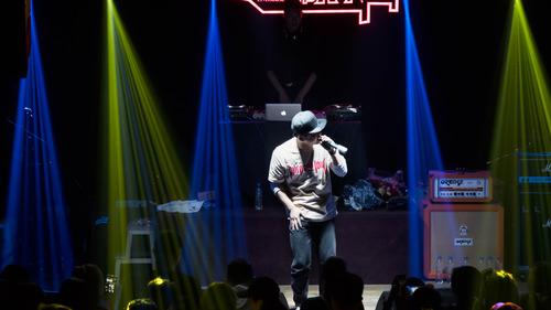 Lovepik_com-500733426-singers-singing-in-the-spotlight.jpg